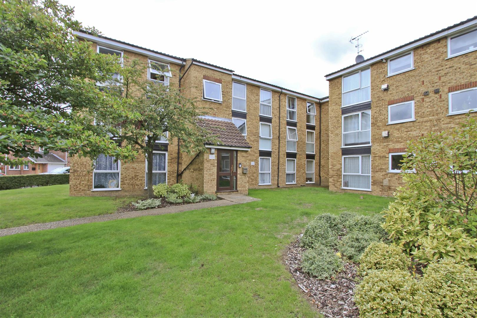 2 Bedrooms Apartment Flat for sale in Melville Close, Ickenham